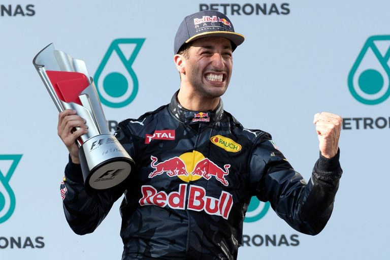 1024px-Daniel_Ricciardo_2016_Malaysia_podium-768x512